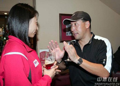 图文:中国队庆功会 李永波和张宁交谈
